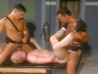 two hunks gangbangs him difficult from both ends